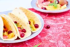 Fruittaco's De zomersnacks Stock Afbeeldingen
