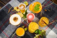 Fruittheeën met alcoholische cocktails royalty-vrije stock afbeeldingen
