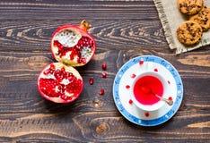 Fruitthee met citroen, melk, honing, sinaasappel, granaatappel, op een woode stock fotografie
