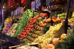 Fruittribune bij de Boqueria-markt in Barcelona Stock Afbeelding