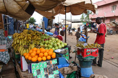 Fruittribune in een markt in Kaolack, Senegal stock afbeeldingen