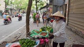 Fruitverkoper in oude stad van Hanoi stock afbeelding