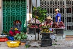 Fruitverkopers bij een Mekong Deltamarkt in Nga-Baai, Vietnam Royalty-vrije Stock Foto