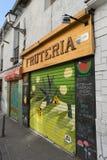 Fruitwinkel met trillende en kleurrijke graffiti op ingang stock afbeelding