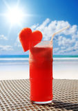 Fruity koktajl na plażowym stole Zdjęcia Stock