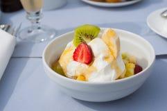 Fruityoghurt in honing Stock Foto's