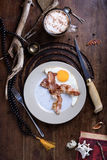 Frukost av bacon och det stekte ägget med lattekaffe på antikviteten ta royaltyfria foton