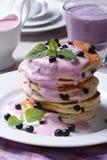 Frukost av blåbärpannkakan med sås och milkshake Fotografering för Bildbyråer