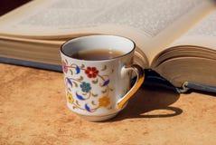 Frukost av det smarta manbegreppet Gammal bok och kopp kaffe för blom- design Selektivt fokusera Fotografering för Bildbyråer
