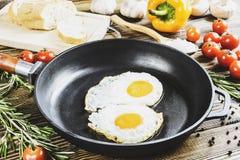 frukost av förvanskade ägg royaltyfria bilder