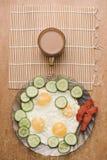 Frukost av förvanskade ägg med gurkagrönsaker, den rökte laxfisken och kaffe Lekmanna- sikt för överkant Royaltyfria Foton
