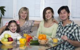 Frukost av familjen med det olika blandningloppet royaltyfria foton