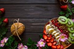 Frukost av havremjölet och frukt arkivbild