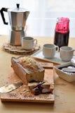 Frukost av kaffe och muffin på tabellen Arkivfoto