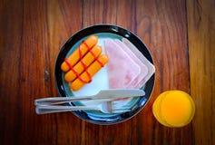 Frukost av skinka, exponeringsglas amerikansk frukost av för orange fruktsaft och rostat brödför närbilden Fotografering för Bildbyråer