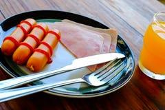 Frukost av skinka, exponeringsglas amerikansk frukost av för orange fruktsaft och rostat brödför närbilden Royaltyfria Bilder