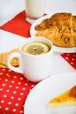 Frukost av te med citronen och två croissaints Royaltyfria Foton