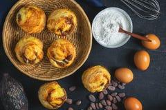 Frukost, bröd och ingredienser på tabellen arkivfoto