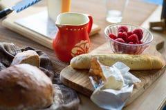 Frukost eller mellanmål med bröd, ost och frukt i lantlig stil Arkivfoto