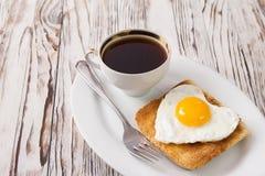 Frukost för abstrakt begrepp för dag för valentin` s med ägghjärta Royaltyfri Bild