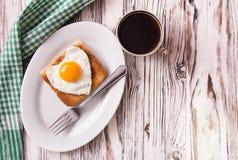 Frukost för abstrakt begrepp för dag för valentin` s med ägghjärta Arkivbild