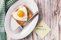 Frukost för abstrakt begrepp för dag för valentin` s med ägghjärta Arkivfoton