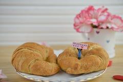 Frukost för moderdag med varma giffel och nya blommor fotografering för bildbyråer