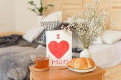 Frukost för morgon för moder` s på trämagasinet royaltyfri foto