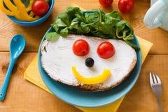 Frukost för ungar: sund rolig framsidasmörgås arkivfoton