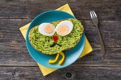 Frukost för ungar: sund rolig framsidasmörgås arkivbilder