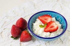 Frukost: hemlagad keso med jordgubbar Royaltyfria Bilder
