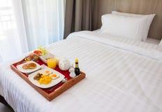 Frukost i magasin på säng arkivbild