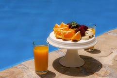Frukost i poolside Arkivfoto