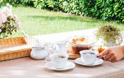 Frukost i privat trädgård arkivfoton
