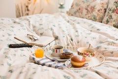 Frukost i säng Arkivfoton