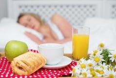Frukost i säng Arkivfoto