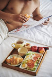 Frukost i säng Arkivbild
