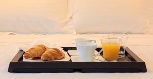 Frukost i säng i ett hotellrum Stäng sig upp sikt av magasinet med gifflet och fruktsaft Vit bakgrund arkivfoton