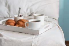 Frukost i säng Fönsterljus Arkivbild