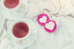 Frukost i säng i valentindag Kopp te och söta godisar Förälskelse- eller feriebegrepp Royaltyfria Foton