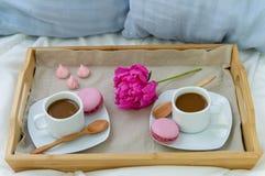 Frukost i s?ng f?r tv? Tr?magasin med kaffe, makron och Bizet royaltyfri foto