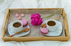 Frukost i s?ng f?r tv? Tr?magasin med kaffe, makron och Bizet royaltyfri fotografi