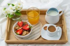 Frukost i s?ng fotografering för bildbyråer