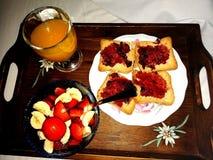 Frukost i s?ngen royaltyfria bilder