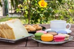 Frukost i trädgården Arkivbild