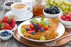 Frukost - kräppar med ny bär och honung, kaffe, closeup Royaltyfri Bild
