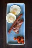 Frukost med ägg, bacon och korven Arkivfoton