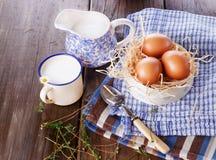 Frukost med ägg på blåa kökshanddukar Arkivfoto