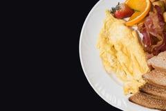 Frukost med bacon, ägg och rostat bröd arkivfoton