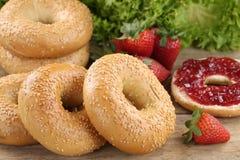 Frukost med baglar och marmelad Arkivfoton